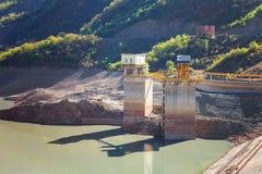 Paesaggi di acqua e del bacino idrico di Zhinvalskoe delle montagne di Tbilisi, Georgia Fotografie Stock Libere da Diritti