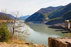 Paesaggi di acqua e del bacino idrico di Zhinvalskoe delle montagne di Tbilisi, Georgia Fotografia Stock