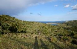 Paesaggi di Costa Brava: mare, montagne, cielo del bleu Fotografia Stock