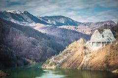 Paesaggi di un inverno di giorno soleggiato del lago Siriu immagini stock libere da diritti