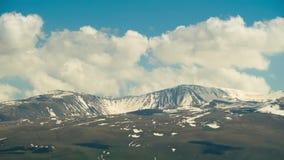 Paesaggi e montagne dell'Armenia Le nuvole si spostano per i picchi nevosi delle montagne in Armenia Lasso di tempo stock footage
