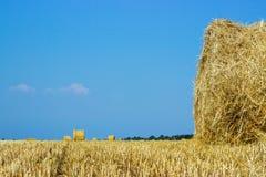 Paesaggi rurali della Toscana, Italia, Europa, Rolls dei mucchi di fieno sul campo Paesaggio dell'azienda agricola di estate con  Immagini Stock Libere da Diritti