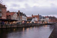Paesaggi urbani di Bruges durante il natale con le luci ed i cieli blu, B Immagine Stock