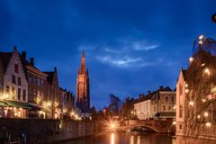 Paesaggi urbani di Bruges durante il natale con le luci ed i cieli blu, B Fotografia Stock Libera da Diritti