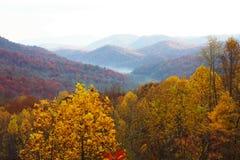 Paesaggi variopinti della montagna con nebbia Immagini Stock Libere da Diritti
