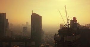 Paesaggio aereo del giorno nebbioso a Jakarta del centro archivi video