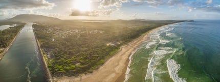 Paesaggio aereo della linea costiera dell'oceano al tramonto Fotografie Stock Libere da Diritti