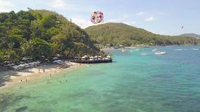 Paesaggio aereo della spiaggia del mare Gente turistica che nuota nel mare e che vola sulla vista del fuco di parapendio Ala vari stock footage