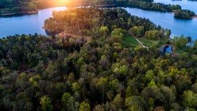 Paesaggio aereo molto bello della foresta e del lago fotografie stock libere da diritti