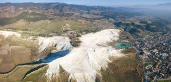 Paesaggio aereo panoramico di Pamukkale di vista del fuco immagini stock libere da diritti