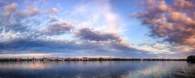 Paesaggio affascinante Tramonto maestoso nuvole variopinte drammatiche Immagine Stock Libera da Diritti