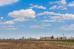 Paesaggio agricolo con l'azienda agricola Fotografie Stock Libere da Diritti