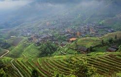 Paesaggio agricolo della molla con il paesino di montagna, East Asia, Fotografie Stock Libere da Diritti