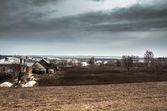 Paesaggio agricolo drammatico della campagna con il cielo lunatico ed il campo coltivato della piantagione del ` s dell'agricolto Fotografie Stock