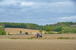 Paesaggio agricolo francese con un trattore Immagini Stock