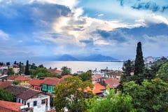Paesaggio ai tetti ed il mare nell'area di Kaleici, Adalia, Turchia fotografia stock