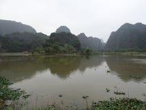 Paesaggio al giro di giorno di Tam Coc vicino a Ninh Binh nel Vietnam, Asia Immagine Stock