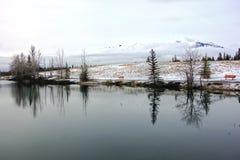 Paesaggio Alberta Foothills Canadian Rockies di tristezza dei blu di inverno della valle dell'arco del lago mountain della nuvola immagini stock