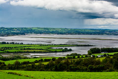 Paesaggio alla costa dell'Irlanda Fotografia Stock