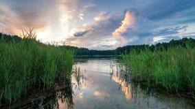 Paesaggio allo stagno nella sera al tramonto, Russia, Ural di estate Fotografia Stock