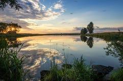 Paesaggio allo stagno nella sera al tramonto, Russia, Ural di estate Immagine Stock Libera da Diritti