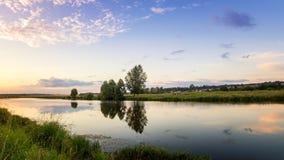 Paesaggio allo stagno nella sera al tramonto, Russia, Ural di estate Fotografie Stock Libere da Diritti