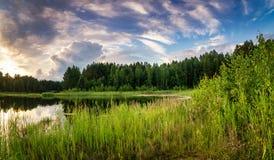 Paesaggio allo stagno nella sera al tramonto, Russia, Ural di estate Fotografia Stock Libera da Diritti