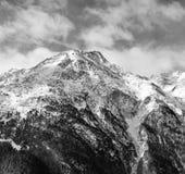 Paesaggio alpino in bianco e nero Alta montagna coperta di neve Immagini Stock Libere da Diritti