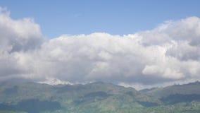 Paesaggio alpino con i picchi coperti da neve stock footage