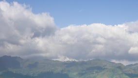 Paesaggio alpino con i picchi coperti da neve video d archivio