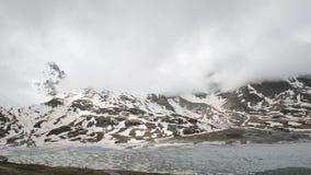 Paesaggio alpino con i picchi coperti da neve e dalle nuvole stock footage