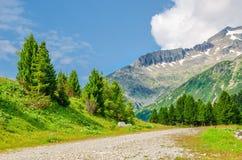 Paesaggio alpino con i picchi delle alpi della montagna, Austria Immagine Stock