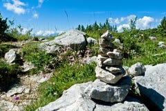 Paesaggio alpino con il cairn o l'indicatore della pietra, Tirolo, Austria Immagine Stock