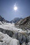 Paesaggio alpino con il crepaccio e le montagne del ghiacciaio Fotografia Stock