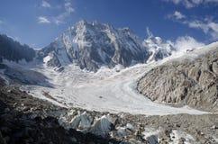 Paesaggio alpino con il picco ed il ghiacciaio di Grandes Jorasses Fotografie Stock