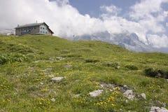 Paesaggio alpino con l'hotel Fotografie Stock