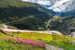 Paesaggio alpino con la strada curva, passaggio di Furka, Svizzera, Europa Immagine Stock