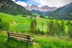 Paesaggio alpino con Santa Maddalena Alta e le montagne delle dolomia Fotografia Stock Libera da Diritti