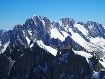 Paesaggio alpino della gamma di montagne in ALPI francesi vedute da Aiguille du Midi a CHAMONIX MONT BLANC in FRANCIA Fotografie Stock