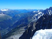 Paesaggio alpino della gamma di montagne nelle ALPI francesi di bellezza vedute da Aiguille du Midi a CHAMONIX MONT BLANC Immagini Stock