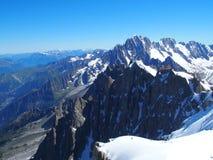 Paesaggio alpino della gamma di montagne nelle ALPI francesi di bellezza vedute da Aiguille du Midi a CHAMONIX MONT BLANC Immagini Stock Libere da Diritti