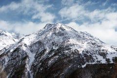 Paesaggio alpino della montagna Alta montagna coperta di neve Immagine Stock