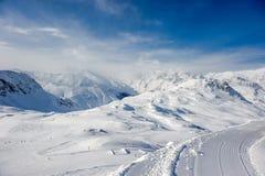 Paesaggio alpino della montagna di inverno Alpi francesi con neve Immagine Stock