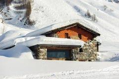Paesaggio alpino della montagna di inverno Alpi francesi con neve Immagini Stock