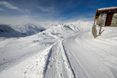 Paesaggio alpino della montagna di inverno Alpi francesi con neve Immagini Stock Libere da Diritti
