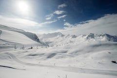 Paesaggio alpino della montagna di inverno Alpi francesi con neve Fotografia Stock