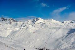 Paesaggio alpino della montagna di inverno Alpi francesi con neve Immagine Stock Libera da Diritti