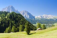 Paesaggio alpino della montagna in dolomia dell'Italia fotografia stock