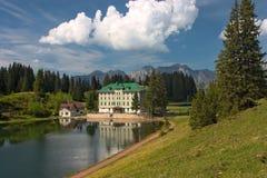 Paesaggio alpino della sorgente con l'hotel in Flumserberg, Fotografie Stock