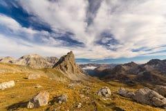 Paesaggio alpino di elevata altitudine e cielo scenico in autunno Fotografie Stock